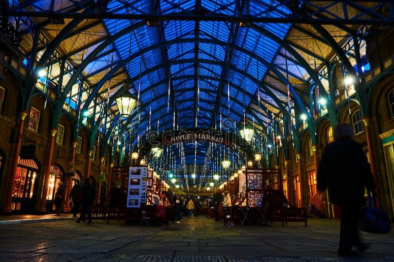 Londyński Covent ogródu cyrkowy wykonawca przy nocą od niskiego pozioma obrazy royalty free