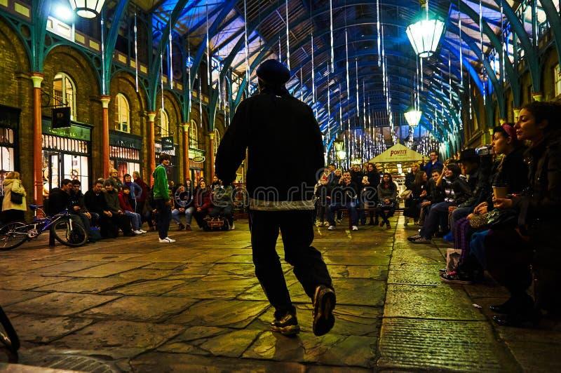 Londyński Covent ogródu cyrkowy wykonawca przy nocą od niskiego pozioma obrazy stock