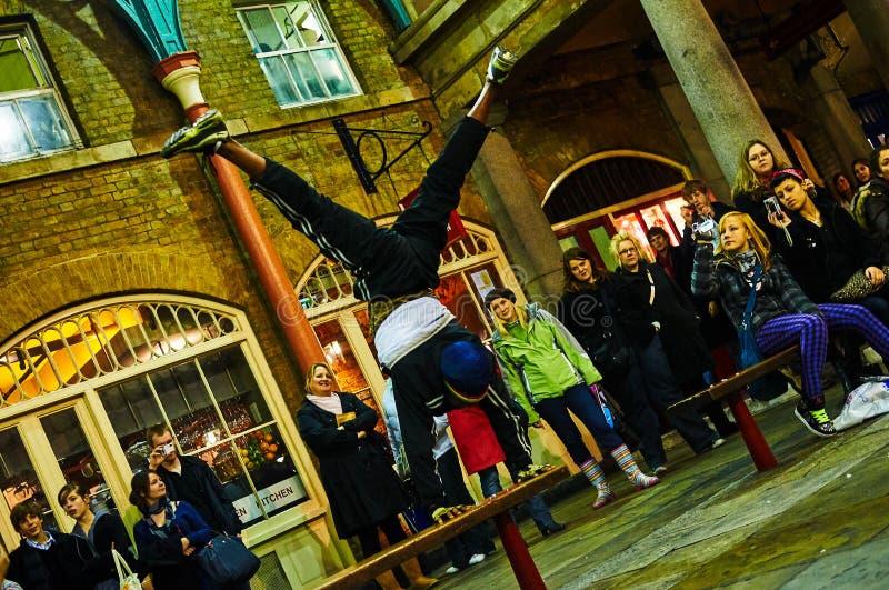 Londyński Covent ogródu cyrkowy wykonawca przy nocą od niskiego pozioma obraz stock