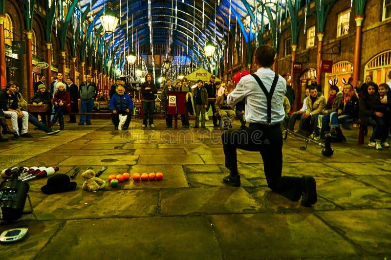 Londyński Covent ogródu cyrkowy wykonawca przy nocą od niskiego pozioma obraz royalty free