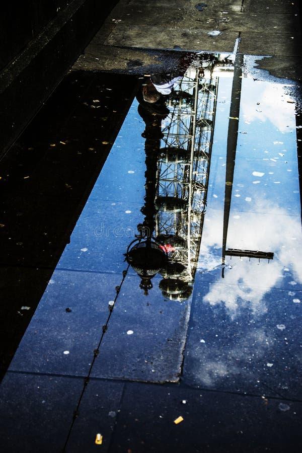 Londyński oko deszczu Londyn odbicie lustrzane zdjęcie stock