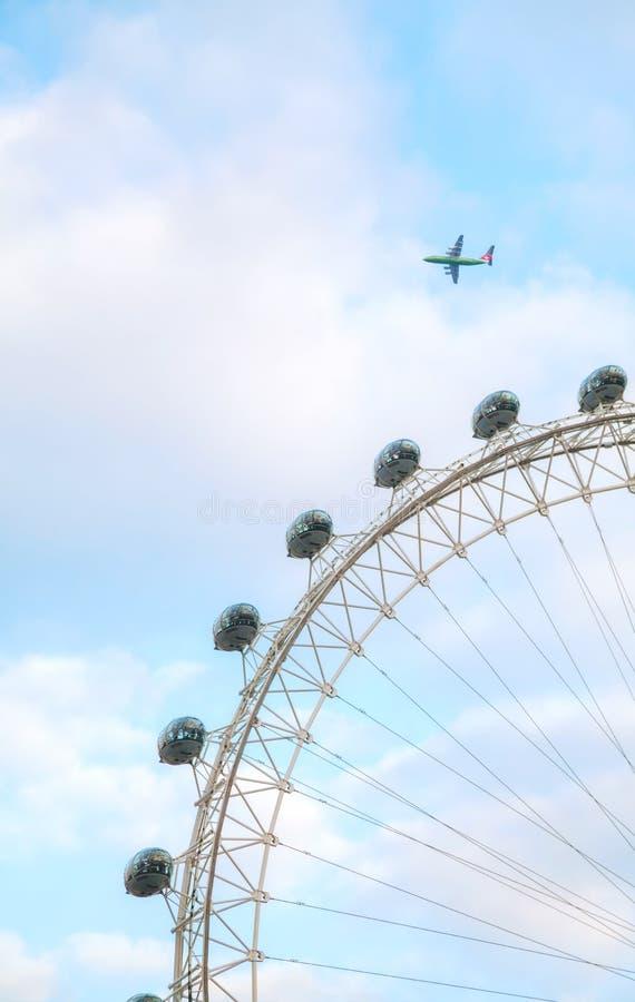 Londyński oko Ferris toczy wewnątrz Londyn, UK zdjęcia stock