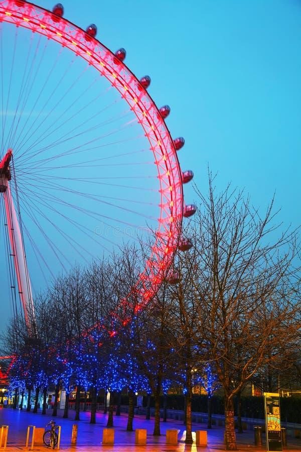Londyński oko Ferris toczy wewnątrz wieczór obrazy stock