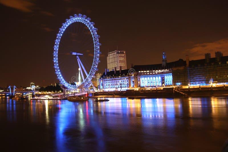 Londyński oko Hall przy nocą i okręg administracyjny zdjęcie stock