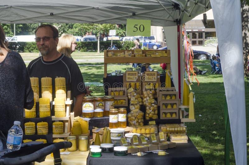Londyński Ontario Kanada, Lipiec, - 16, 2016: Sprzedawca sprzedaje jego produ zdjęcia royalty free