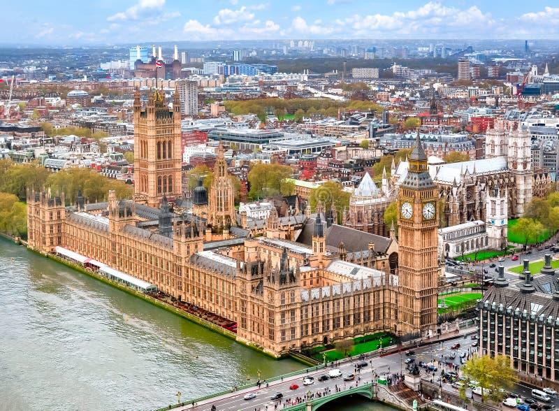 Londyński pejzaż miejski i domy parlament z Big Ben wierza UK, obraz stock