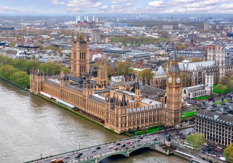 Londyński pejzaż miejski i domy parlament z Big Ben wierza UK, obraz royalty free