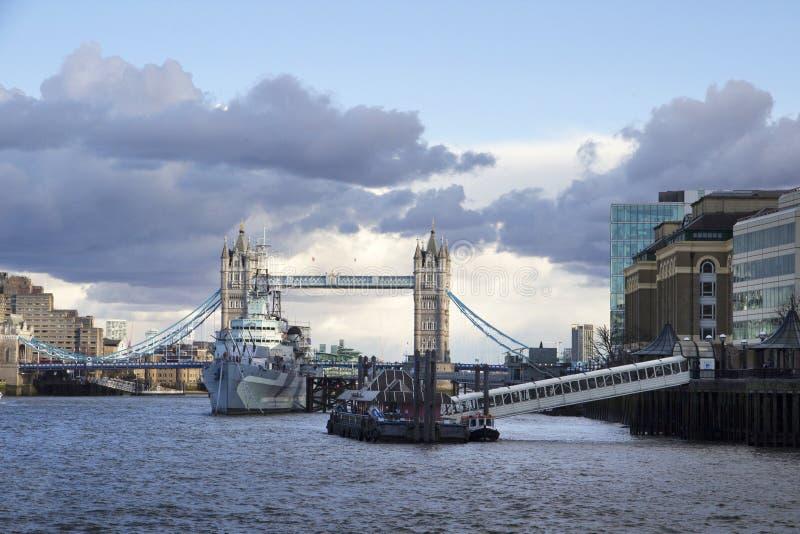 Londyński pejzaż miejski przez Rzecznego Thames z widokiem HMS Belfast okrętu wojennego muzeum i wierza Przerzucamy most, obrazy stock