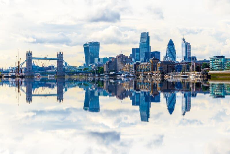 Londyński pejzaż miejski z odbiciem od Thames obrazy stock