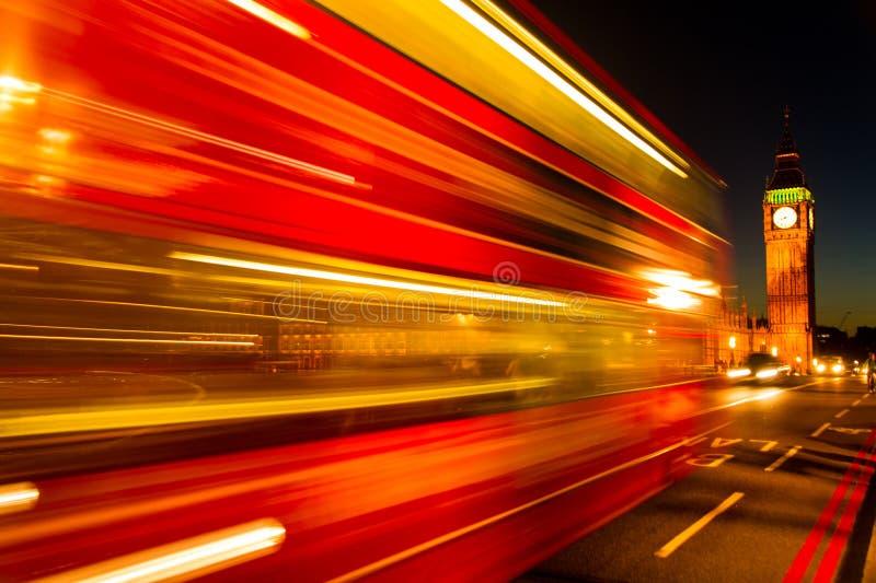 Londyński tradycyjny czerwony autobus w ruchu nad Westminister mostem obraz stock
