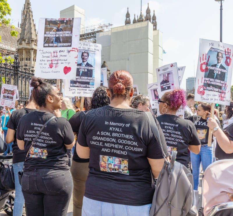 Londyński, UK Czerwiec 26th 2019/ Operacji zamknięcia noża przestępstwa uczestnicy kampanii protestują outside parlamentu w Westm zdjęcie royalty free