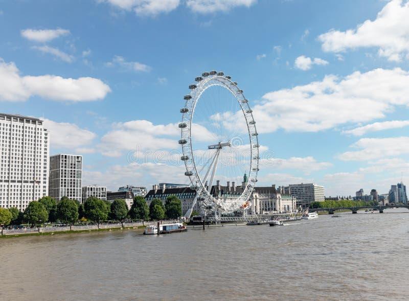 Londyński, UK/, Lipiec 15th 2019 - London Eye, przeglądać od bridżowego skrzyżowania rzecznego Thames fotografia royalty free