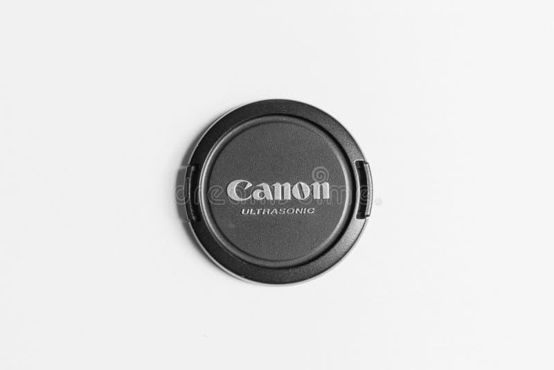 Londyński, UK Lipiec 11th 2019/- zbliżenie Canon obiektywu nakrętka na białej powierzchni zdjęcie stock