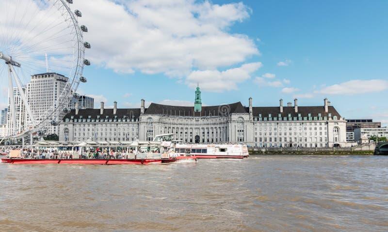 Londyński, UK, Lipze/, 15th 2019 - okręg administracyjny Hall i London Eye, przeglądać z naprzeciw rzecznego Thames obraz royalty free