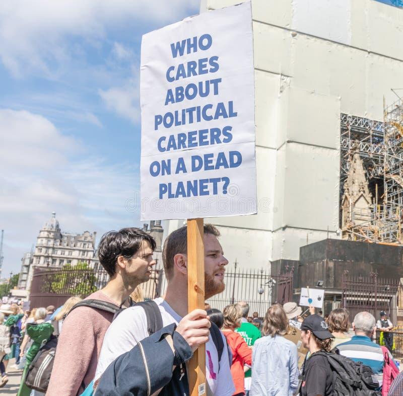 Londyński, UK/mężczyzna mówi trzyma znaka - Czerwiec 26th 2019 - «Co dba o karierach politycznych na nieżywej planecie «? obraz royalty free