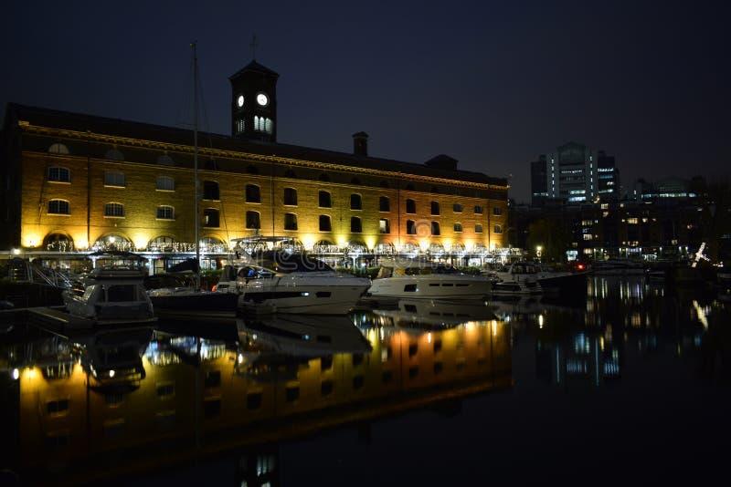 Londyński UK 02/12/2017 Nocy życie w jachty obraz royalty free