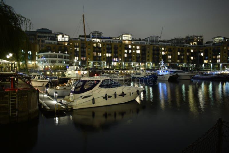 Londyński UK 02/12/2017 Nocy życie w jachty obrazy royalty free