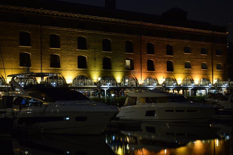 Londyński UK 02/12/2017 Nocy życie w jachty zdjęcia royalty free