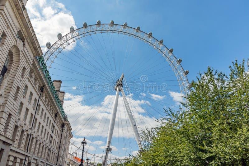 Londyński, UK przeciw jaskrawemu błękitnemu lata niebu/, Lipiec 15th 2019 - London Eye obrazy royalty free