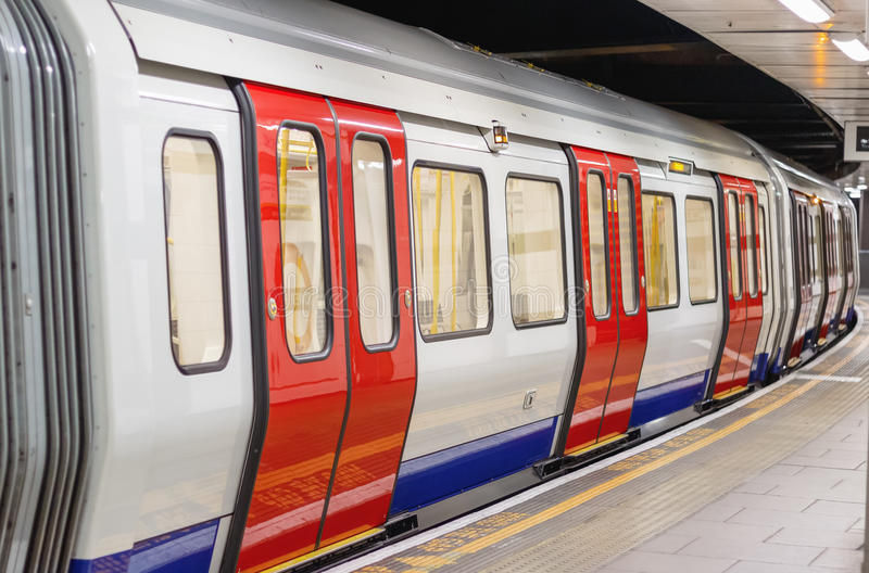 Londyńskiego metro pociągu kareciany czekanie odjeżdżać zdjęcie stock