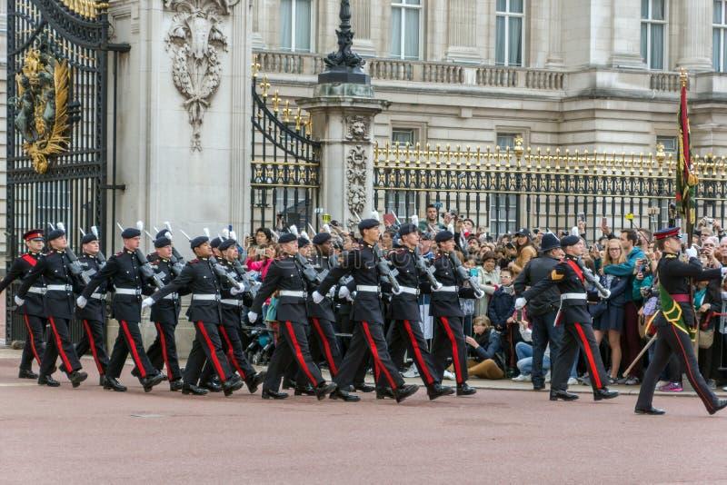LONDYN ANGLIA, CZERWIEC, - 17 2016: Brytyjscy Królewscy strażnicy wykonują odmienianie strażnik w buckingham palace, Londyn, Grea zdjęcia royalty free