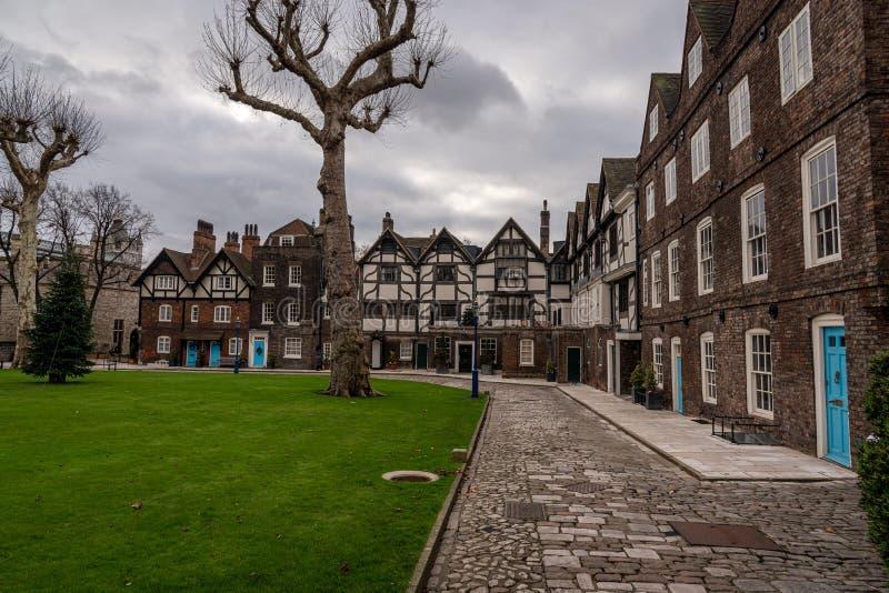 LONDYN, ANGLIA, GRUDZIEŃ 10th, 2018: Królewski strażowy wmarsz wśrodku wierza Londyn w chmurnym zima dniu fotografia royalty free