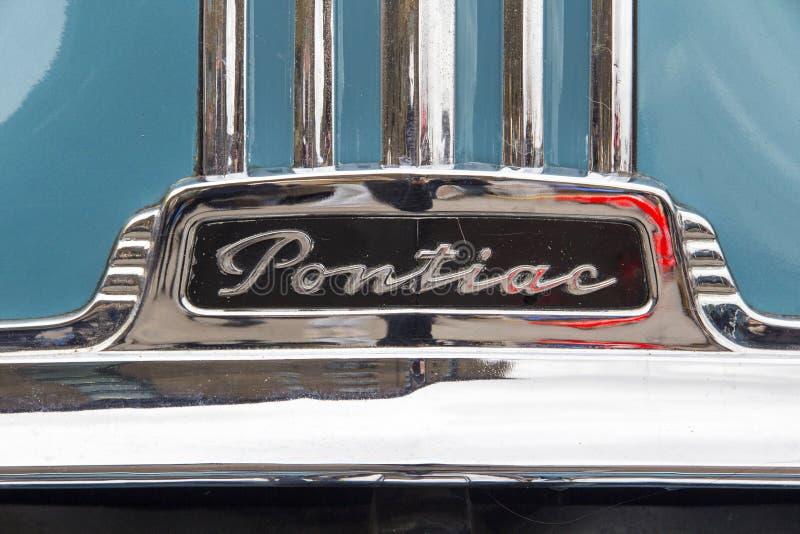 LONDYN ANGLIA, Kwiecień, - 28, 2018 1951 Ford Pontiac Osiem przy rocznym Klasycznym Samochodowym wystawy i rocznik odzieży rynkie obraz royalty free
