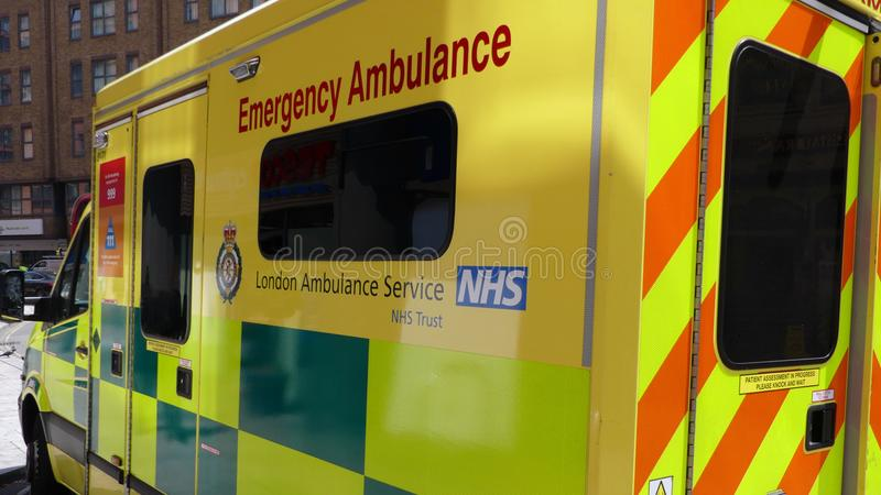 Londyn Anglia, Lipiec, - 3 2018: Londyn ambulansowa pozycja obok w Paddington, Londyn zdjęcie royalty free