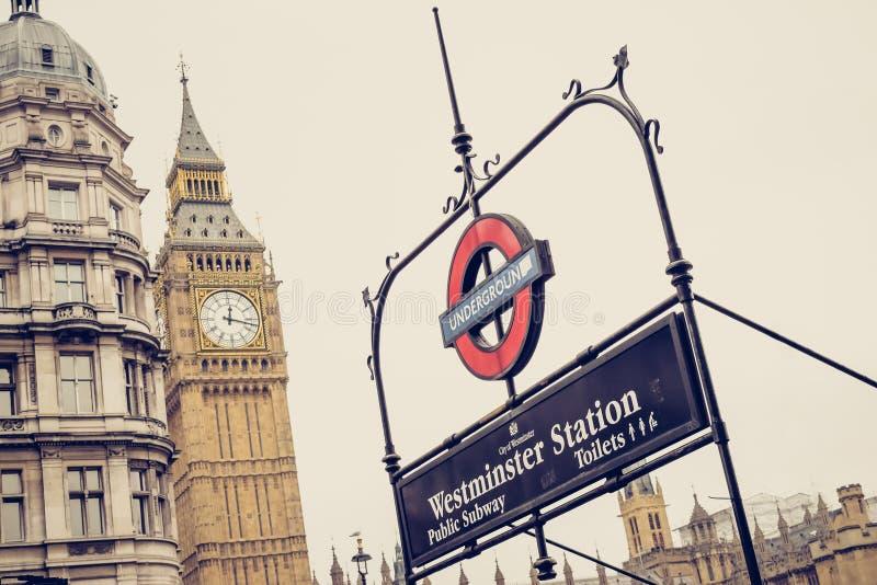 Londyn, Anglia/: 02 08 2017 metro szyldowy, loga Westminister stacja obraz royalty free