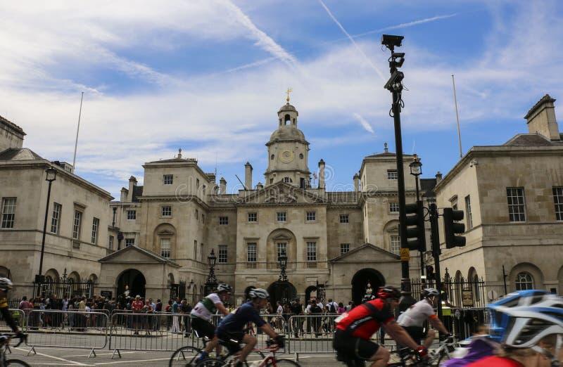 LONDYN ANGLIA, SIERPIEŃ, - 02, 2015: Końscy strażnicy Paradują z uczestnikami rowerowa rasa w przedpolu zdjęcia stock