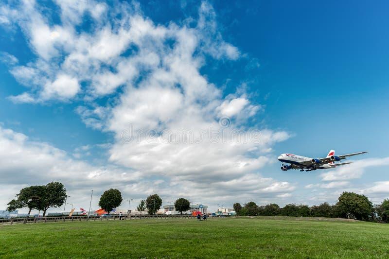 LONDYN ANGLIA, SIERPIEŃ, - 22, 2016: G-XLEJ British Airways Aerobus A380 lądowanie w Heathrow lotnisku, Londyn fotografia royalty free