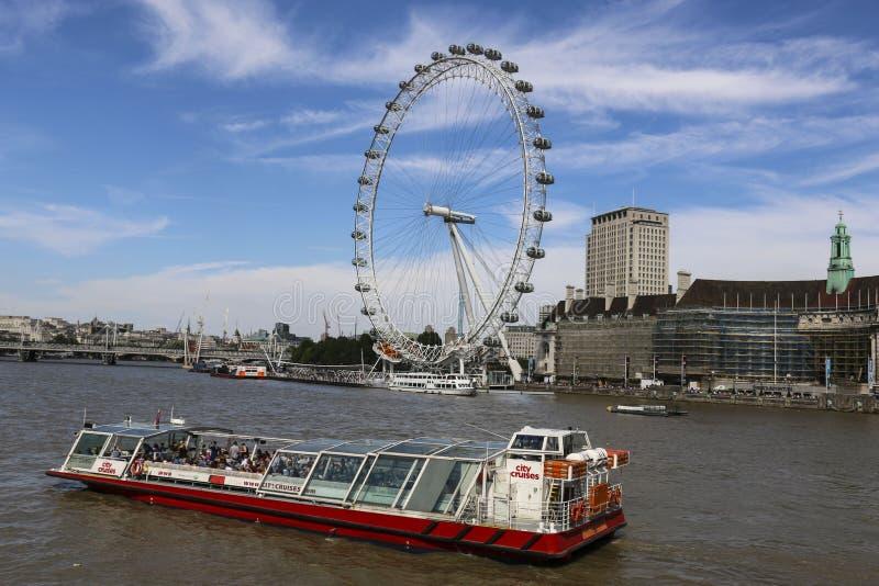 LONDYN ANGLIA, SIERPIEŃ, - 02, 2015: London Eye Ferris koło na Południowym banku Rzeczny Thames wewnątrz wycieczkowa łódź i obrazy stock