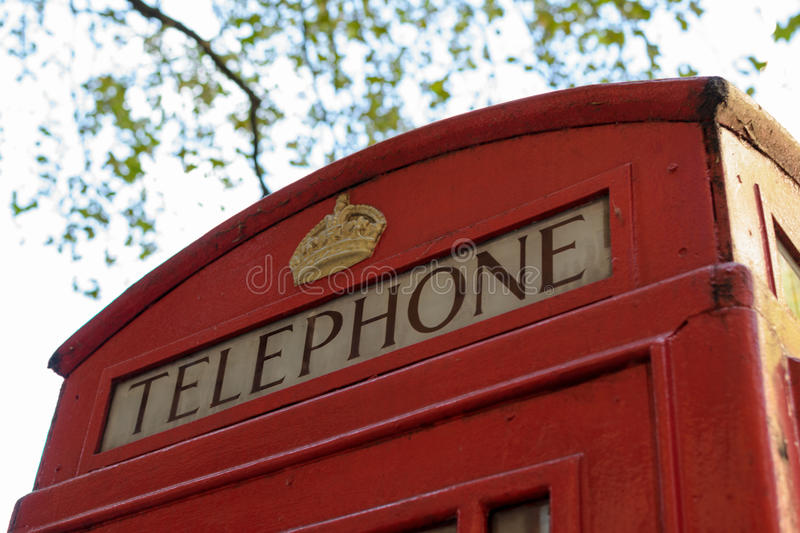 Londyn, Anglia - 30 2016 Sierpień: Zamyka up wierzchołek klasyczny czerwony Londyński Telefoniczny pudełko w Londyn, Anglia, UK obraz stock