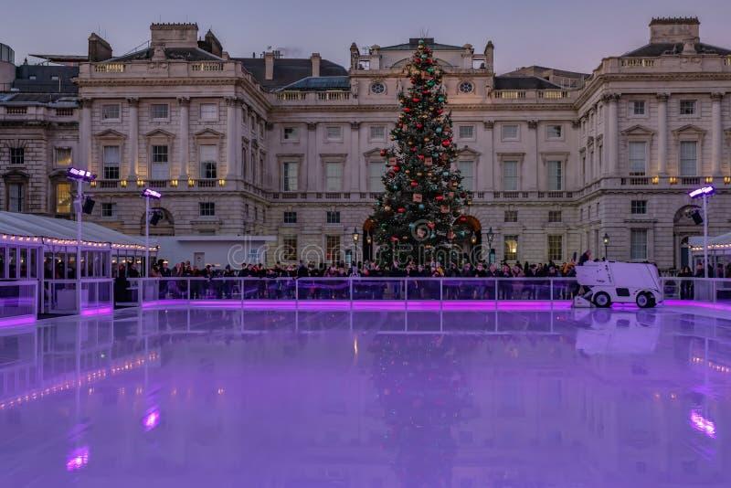 Londyn, Anglia, UK - Grudzień 29, 2016: Jazda na łyżwach lodowisko przygotowywający zdjęcia stock