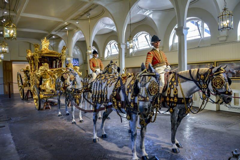 LONDYN, Anglia UK - Luty 15, 2016: Królewscy miauczenia Londyńscy Złocisty stanu trener zdjęcia stock