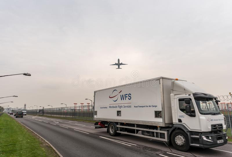 LONDYN ANGLIA, WRZESIEŃ, - 25, 2017: Air New Zealand drogi oddechowe Boeing 777 ZK-OKM bierze daleko w Londyńskim Heathrow zawody zdjęcia royalty free