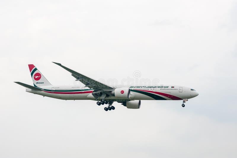 LONDYN ANGLIA, WRZESIEŃ, - 27, 2017: Biman Bangladesh Airlines Boeing 777 S2-AFP lądowanie w Londyńskim Heathrow lotnisku międzyn obrazy stock