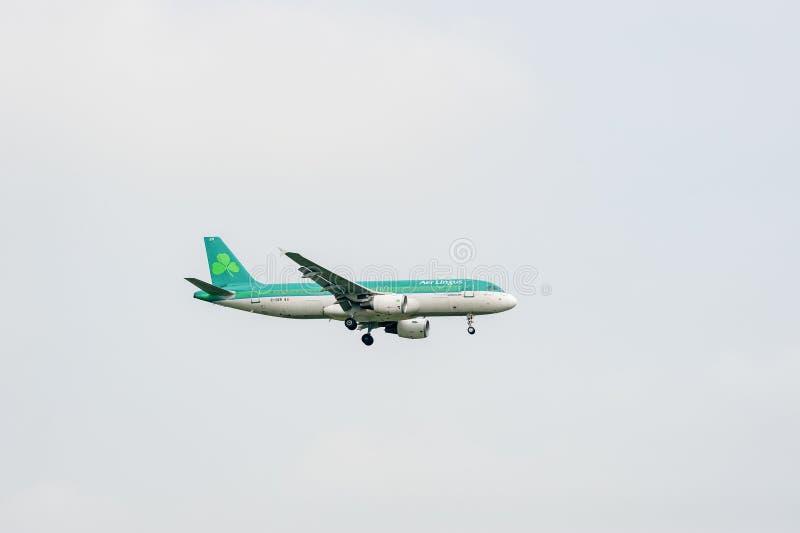 LONDYN ANGLIA, WRZESIEŃ, - 27, 2017: Lotniczy lingus linii lotniczych Aerobus A320 CC$EI lądowanie w Londyńskim Heathrow lotnisku obrazy royalty free