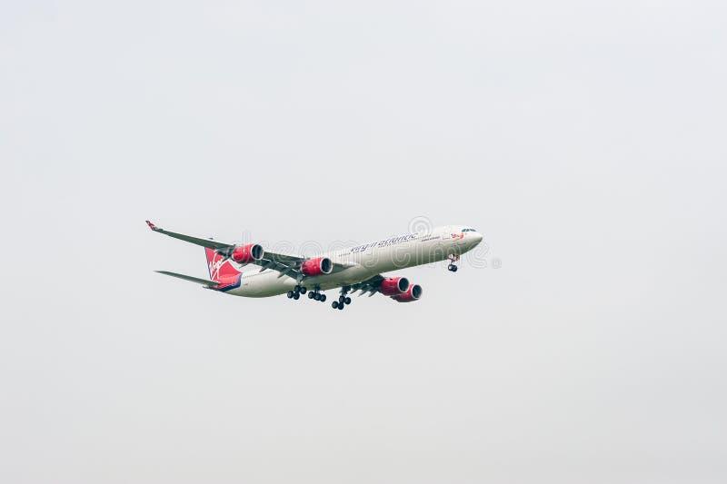 LONDYN ANGLIA, WRZESIEŃ, - 27, 2017: Virgin Atlantic linii lotniczych Aerobus A340 G-VWIN lądowanie w Londyńskim Heathrow lotnisk obrazy stock