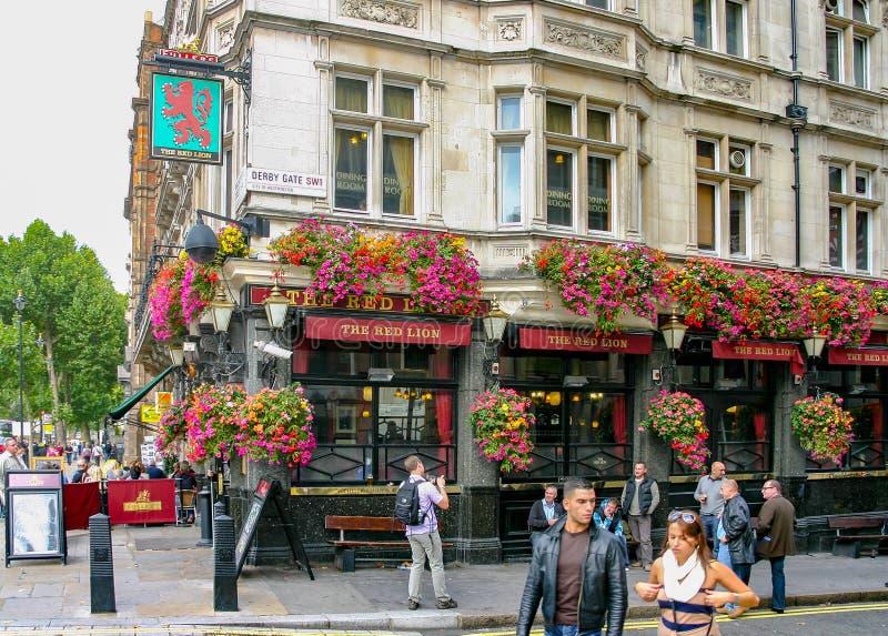 Londyn Anglia, Zjednoczone Królestwo,/- Sept 16, 2011: krajobrazowy widok sławny Czerwony lew Czerwony lew jest stopniem II spisu fotografia stock