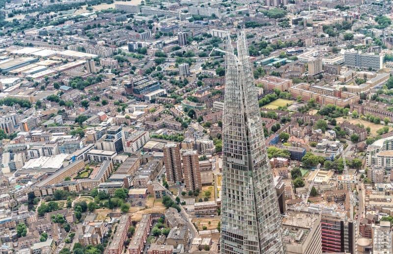 LONDYN, CZERWIEC - 18, 2015: Czerepu i miasta linia horyzontu od helicopt obrazy royalty free