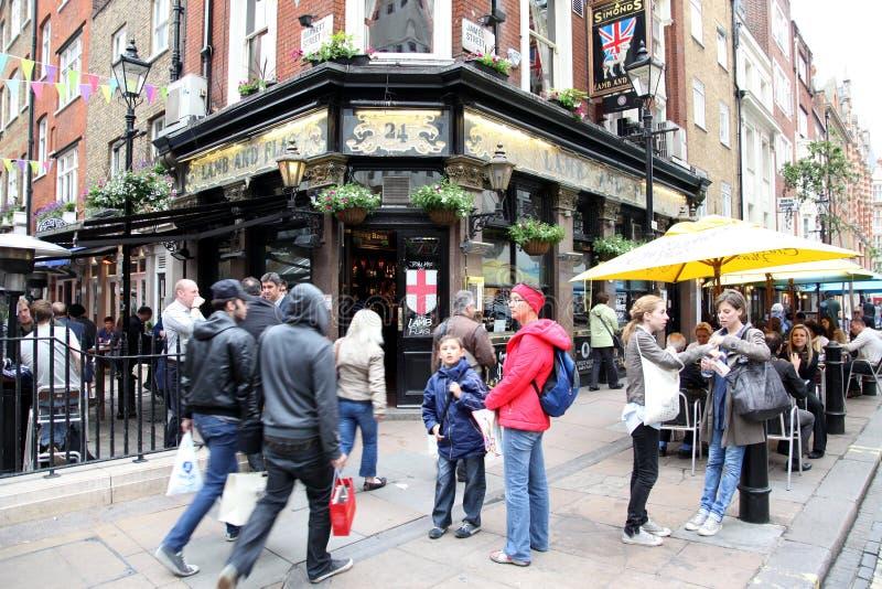 LONDYN, CZERWIEC - 6: Ludzie i powierzchowność pub, dla pić i w ten sposób fotografia stock