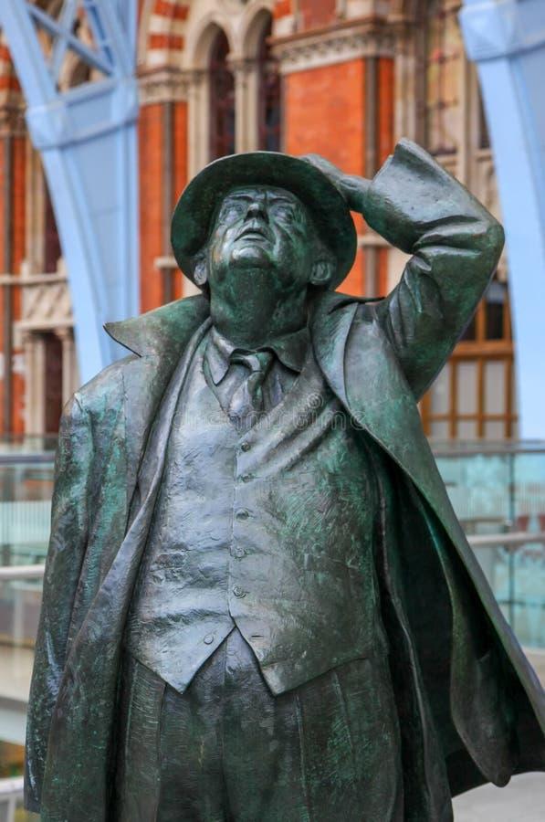LONDYN, GRUDZIEŃ - 20: Sir John Betjeman statua na pokazie przy St fotografia stock