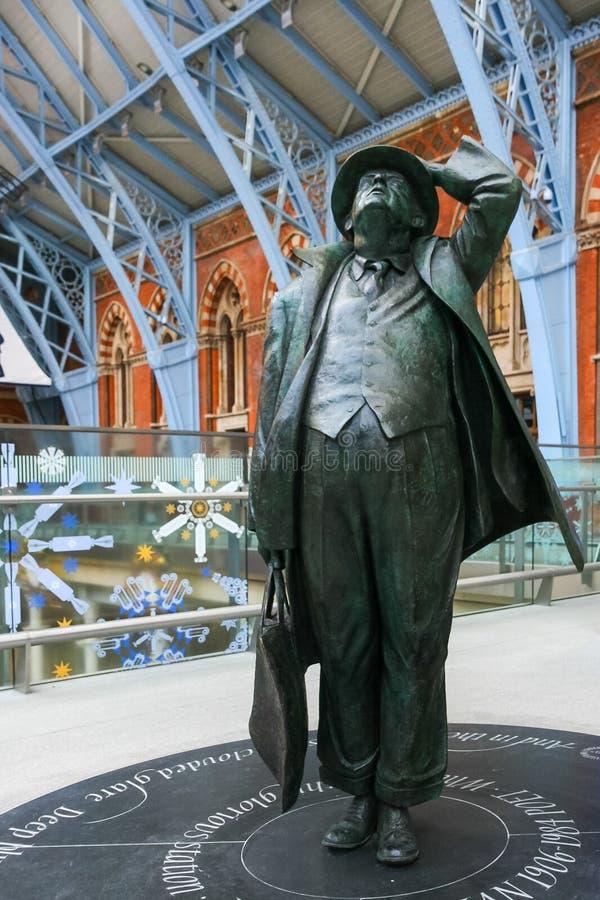 LONDYN, GRUDZIEŃ - 20: Sir John Betjeman statua na pokazie przy St obraz stock