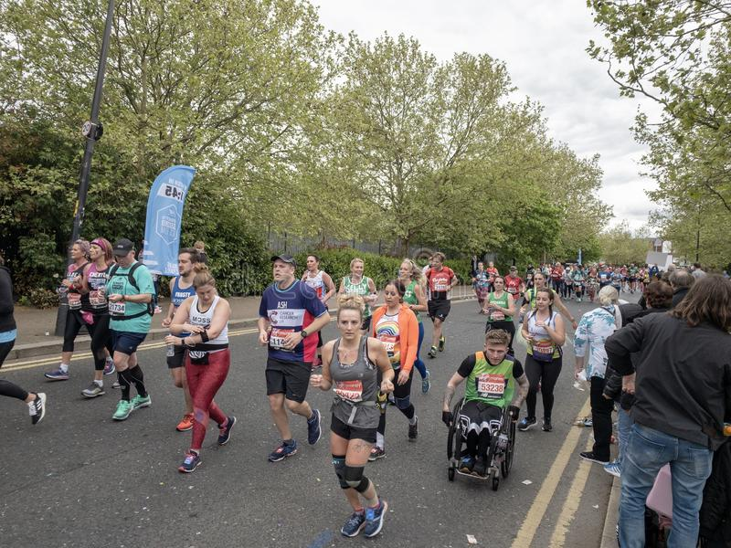 Londyn, Kwiecień 2019, atlety biega w Londyńskim maratonie zdjęcia royalty free