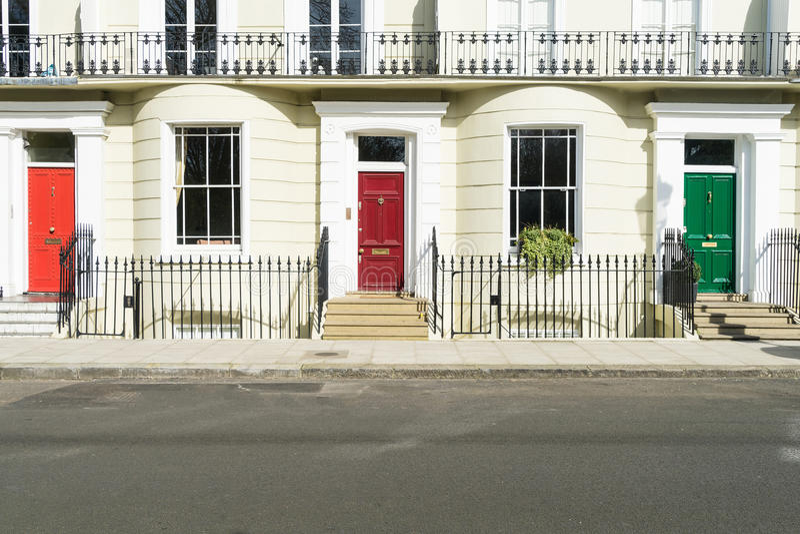 Londyn, Marzec - 30: Rząd typowi grodzcy domy w Londyńskim Kensington z kolorowymi drzwiami na Marzec 30, 2017 obraz stock
