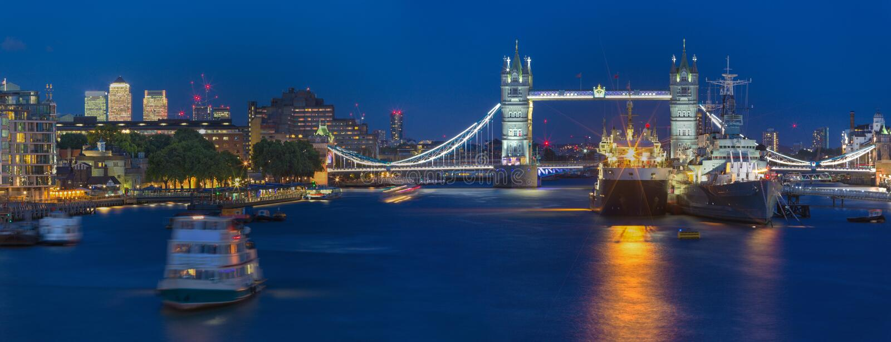 Londyn - panorama wierza most z Canary Wharf w tle przy półmrokiem i statkami obrazy stock