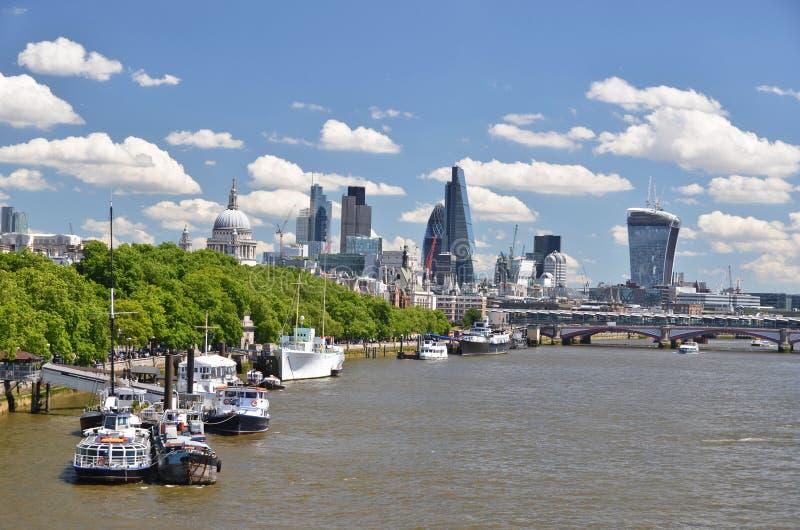 Londyn przez Thames rzekę zdjęcia stock