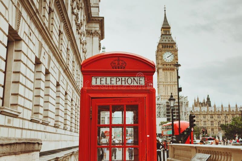 LONDYN, SIERPIEŃ - 23, 2017: Czerwony telefoniczny budka i Big Ben w Lonie obraz stock