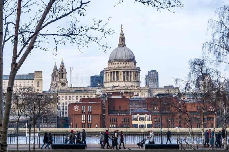 Londyn - St Paul katedra z passersbys w zlanym królestwie, UK zdjęcie stock